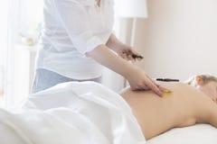Junge Frau nehmen Behandlung am Gesundheitsbadekurort zurück Stockbild