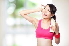 Junge Frau nehmen einen Rest nach Sport Stockbilder