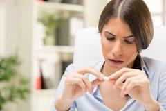 Junge Frau nimmt eine Pille ein Stockbilder