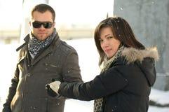 Junge Frau nimmt Hilfen-Hand des Mannes an Lizenzfreies Stockfoto