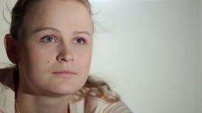 Junge Frau passt einen interessanten Film im Fernsehen auf. Schließen Sie herauf Schuss mit schönem Licht. stock video