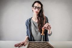 Junge Frau playin Schach auf ihren Selbst Stockbild