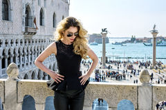 Junge Frau an Quadrat Sans Marco in Venedig Rückseitige Ansicht Stockfotos