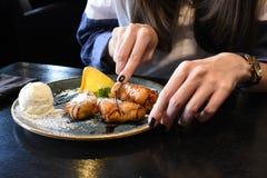 Junge Frau ` s übergibt das Halten einer Gabel bereit zum Essen eines schön gedienten Nachtischs Lizenzfreies Stockfoto