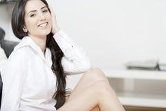 Junge Frau saß auf dem Fußboden im Sitzenraum Stockfoto