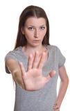 Junge Frau sagt Halt Stockfotografie