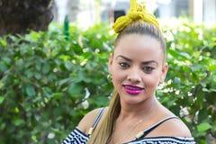 Junge Frau Salsatänzer, der in Cartagena aufwirft lizenzfreie stockfotos