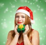 Junge Frau in Sankt-Hut mit Weihnachtsgeschenkbox Stockfotos