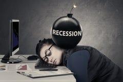 Junge Frau schläft mit Bombe der Rezession lizenzfreies stockfoto