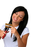 Junge Frau schneidet ihre Kreditkarte Stockfotos