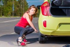 Junge Frau schraubt das Rad ab Lizenzfreie Stockfotografie
