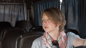 Junge Frau Setas im Bus stock video