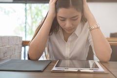Junge Frau setzte Hand auf das Hauptgefühl ermüdet, frustriert und die stres stockfoto
