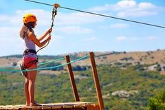 Junge Frau sind bereit, auf zipline im Berg, extremer Sport abzusteigen stockbild