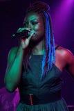 Junge Frau singt in einem Club des französischen Viertels stockbilder