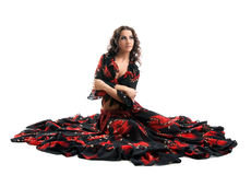 Junge Frau sitzen im schwarzen und roten Zigeunerkostüm Stockfoto