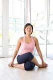 Junge Frau in sitzender Yogaposition Stockbild