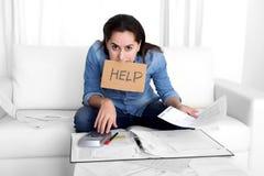 Junge Frau sorgte sich zu Hause beim Druckerklären hoffnungslos in den Finanzproblemen Stockbilder