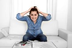 Junge Frau sorgte sich zu Hause beim Druckerklären hoffnungslos in den Finanzproblemen Stockbild