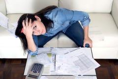 Junge Frau sorgte sich zu Hause beim Druckerklären hoffnungslos in den Finanzproblemen Stockfotos