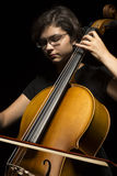 Junge Frau spielt Cello Stockfotos