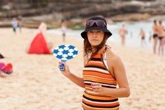 Junge Frau spielt Strandtennis am sonnigen Tag Lizenzfreie Stockbilder