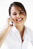 Junge Frau spricht auf Mobiltelefon Lizenzfreie Stockfotografie