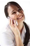 Junge Frau spricht auf Mobiltelefon Lizenzfreie Stockbilder