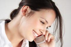 Junge Frau spricht auf Mobiltelefon Stockfoto