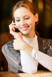 Junge Frau spricht durch Telefon. Lizenzfreies Stockbild
