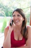Junge Frau spricht am Telefon Lizenzfreie Stockfotografie
