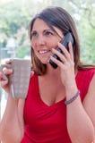 Junge Frau spricht am Telefon Stockfotos