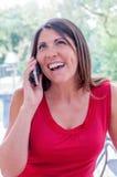 Junge Frau spricht am Telefon Lizenzfreie Stockfotos