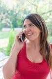 Junge Frau spricht am Telefon Lizenzfreies Stockfoto