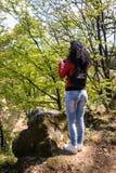 Junge Frau steht auf Stein stockfotos