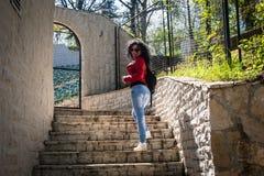 Junge Frau steht auf Steintreppe lizenzfreies stockfoto