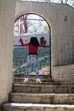 Junge Frau steht auf Steintreppe lizenzfreie stockfotografie