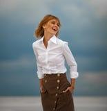 Junge Frau steht in der Wüste auf Himmelhintergrund Porträt Lizenzfreies Stockbild