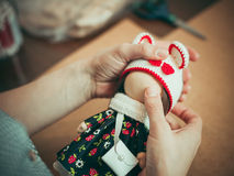 Junge Frau stellt eine Puppe her Stockfoto