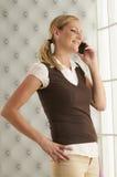 Junge Frau am Telefon Lizenzfreie Stockfotos