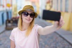 Junge Frau touristisches nehmendes selfie Foto mit intelligentem Telefon Lizenzfreie Stockfotos