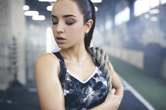 Junge Frau trainiert im gesunden Lebensstil der Turnhalle, der mit Seil steht Stockfotos