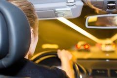 Junge Frau treibt Abflussrinnetunnel mit Auto an Lizenzfreies Stockfoto