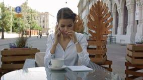Junge Frau an trinkendem Kaffee des Cafés und Unterhaltung am Handy stock footage