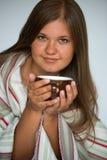 Junge Frau trinkendes coffe Lizenzfreie Stockfotografie