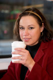 Junge Frau trinkendes coffe am Kaffee Lizenzfreie Stockfotografie