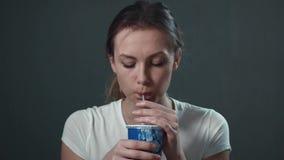 Junge Frau trinkt Soda Lokalisiertes Schwarzes Porträt stock video footage