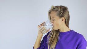 Junge Frau trinkt Wasser stock footage