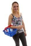 Junge Frau tut grocerys Stockfoto