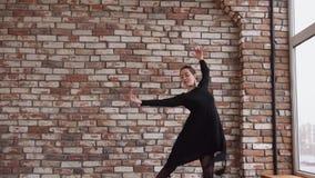 Junge Frau tut Tanzschritte, bewegliche Hände in einer Wiederholungshalle stock video